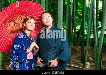 Japanisches Paar im Bambuswald - Stockfoto