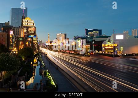 Feierabendverkehr am Las Vegas Strip an der blauen Stunde, Nevada, USA - Stockfoto