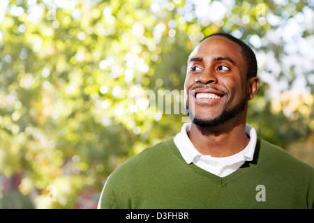 Porträt eines glücklichen Mannes (Schwerpunkt Lächeln) - Stockfoto