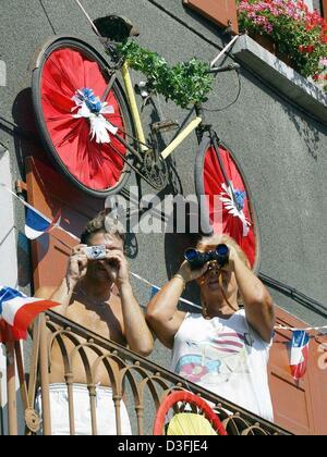 (Dpa) - stehen zwei Zuschauer auf ihre geschmückten Balkon, welche thematisiert die Tour de France und Spion durch - Stockfoto