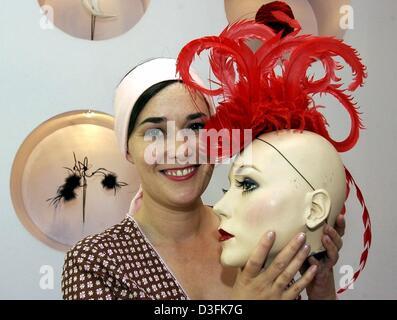 (Dpa) - Hutmacher Fiona Bennett einen Dummy mit einer Feder-Kreation, Berlin, 23. Mai 2003 präsentiert. - Stockfoto
