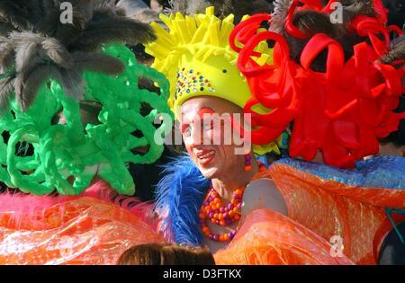 (Dpa) - ein Mann ist gekleidet in eine bunte Feder kleiden Sie sich während der letzten Stunden des Karnevals auf - Stockfoto