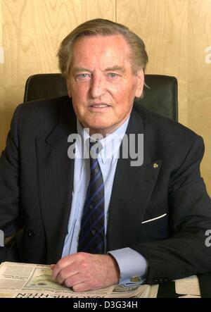 (Dpa) - Gerhard Mayer-Vorfelder, der Vorsitzende des DFB (Deutscher Fußballbund) lächelt und sitzt an seinem Schreibtisch - Stockfoto