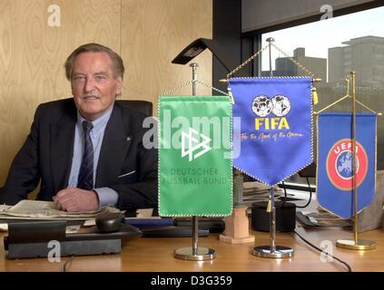 (Dpa) - Gerhard Mayer-Vorfelder, der Vorsitzende des DFB (Deutscher Fußballbund) sitzt an seinem Schreibtisch mit - Stockfoto