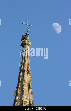 Salisbury, UK.  19. Februar 2013. Ein Klettermax klettert den Turm der Kathedrale von Salisbury, die Lampen in der - Stockfoto