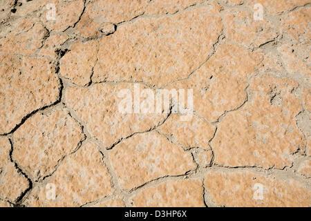 Boden Sie, Zersplitterung durch große Risse in der Hitze - Stockfoto