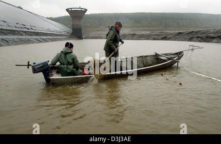 (Dpa) - verwenden Sie Fischer Elektro-Angelausrüstung, um Karpfen und andere Fische aus dem Reservoir in Langelsheim, - Stockfoto