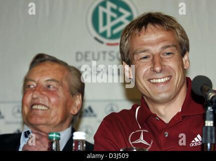 (Dpa) - Bundestrainer Juergen Klinsmann (R) und Gerhard Mayer-Vorfelder, Präsident des Deutschen Fußballbund DFB, - Stockfoto
