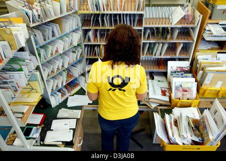 (Dpa) - ein Mitarbeiter der Deutschen Post AG sortiert Briefe und Umschläge in einer Filiale in Frankfurt Main, - Stockfoto