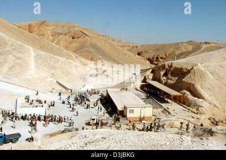 (Dpa Dateien) - Anzeigen von Touristen in das Tal der Könige, der traditionellen Begräbnisstätte der ägyptischen - Stockfoto