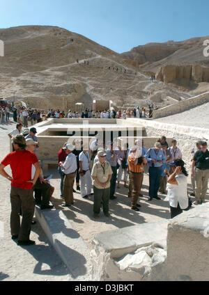 (Dpa Dateien) - Anzeigen von Touristen steht man vor einem Eingang zu einem Grab im Tal der Könige, der traditionellen - Stockfoto