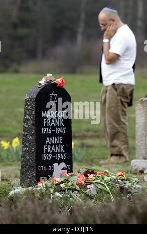 (Dpa) - Asher Bivas neben steht ein Gedenkstein für Anne und Margot Frank im ehemaligen KZ Bergen-Belsen anlässlich - Stockfoto
