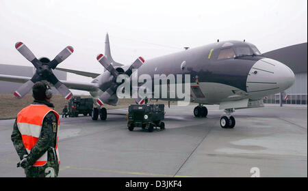 """(Dpa) - die neue Langstrecken-Aufklärungsflugzeug Flugzeuge der deutschen Marine vom Typ """"P - 3 C Orion"""" steht im Bereich Manövrieren an der Marine-Flieger-Geschwader 3 in Nordholz, in der Nähe von Cuxhaven, Deutschland, 18. März 2005. Die deutsche Bundeswehr kauften acht gebrauchte Flugzeuge, die 24 Jahre alt sind, aus dem niederländischen Militär. Sie sollen die """"Breguet Atlantic"""" Luftnahunterstützung Flugzeuge, wh ersetzen"""