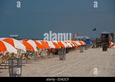 Zeile der Sonnenschirme am Clearwater Beach, Clearwater Beach, Florida - Stockfoto