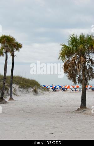 Cabanas und Sonnenschirme am Clearwater Beach, Florida - Stockfoto