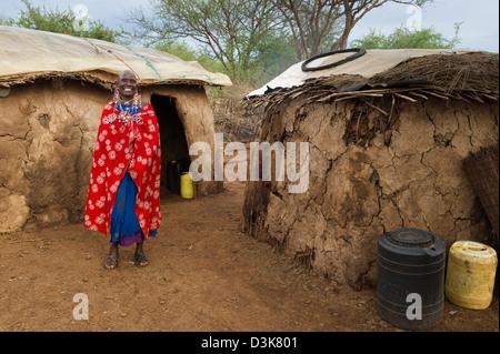Massai Frau in ihrer Hütte, Selenkay Conservancy, Kenia - Stockfoto