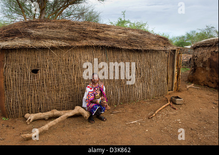Massai Frau an ihrer Hütte in der Manyatta, Selenkay Conservancy, Kenia - Stockfoto