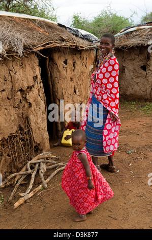 Massai Frau und Kinder in Manyatta, Selenkay Conservancy, Kenia - Stockfoto