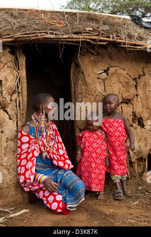 Massai Frau und Kinder in ihrer Hütte in der Manyatta, Selenkay Conservancy, Kenia - Stockfoto
