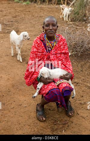 Massai Frau mit einem Lamm, Selenkay Conservancy, Kenia - Stockfoto