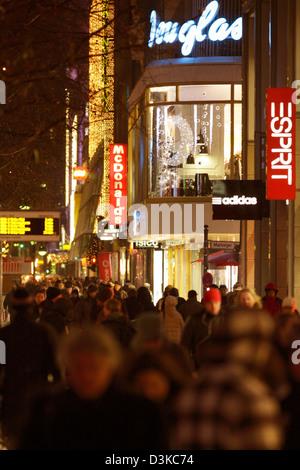 Berlin, Deutschland - Passanten-Weihnachts-shopping auf dem Tauentzien - Stockfoto