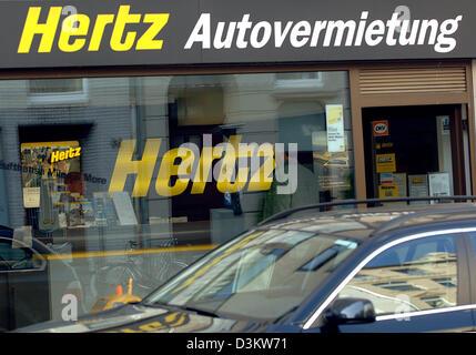 (Dpa) - ein Auto fährt vorbei an einem Zweig der Autovermietung Hertz in Köln, Deutschland, Dienstag, 13. September - Stockfoto