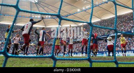(Dpa) - die Spieler der Hambuger SV feiern ihren 2: 0-Sieg über Bundesliga Riesen FC Bayern München an die AOL Arena - Stockfoto