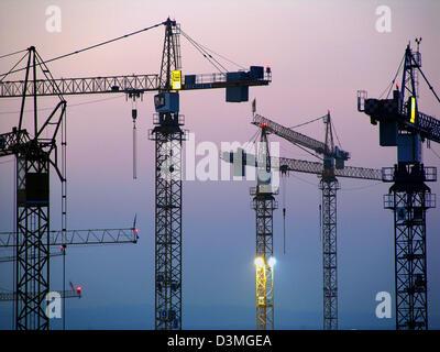 Kran-Turm von einer Baustelle in Stuttgart, Deutschland, 4. Juli 2005. Foto: Jürgen Effner - Stockfoto