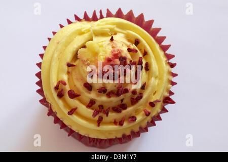 Tesco Finest leidenschaftliche Himbeer Cupcake isoliert auf weißem Hintergrund - Stockfoto
