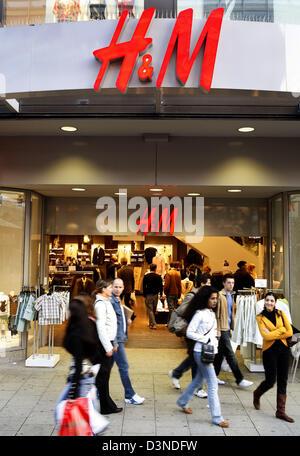 Das Bild zeigt Verbrauchern am Eingang der Nike speichern