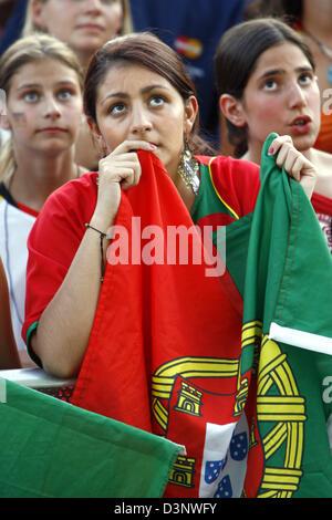 Unterstützer der portugiesischen Fußball-Nationalmannschaft beim Betrachten des Halbfinale der FIFA World Cup 2006 - Stockfoto