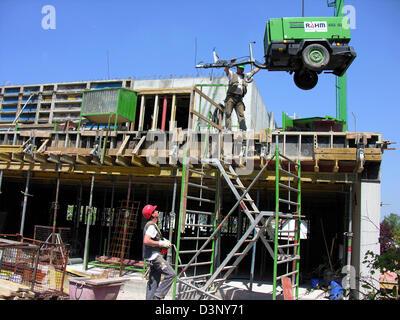 Das Foto zeigt Bauarbeiter auf einer Baustelle in Stuttgart, Deutschland, 11. Mai 2006. Foto: Jürgen Effner - Stockfoto