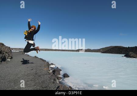 glücklicher Camper an der magischen Blue Lagoon-Sprudel in Reykjanes, Island - Stockfoto