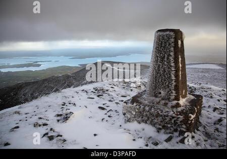Winter Aussicht auf Lough Conn aus der Gipfel Cairn Nephin Berg, County Mayo, Irland. - Stockfoto