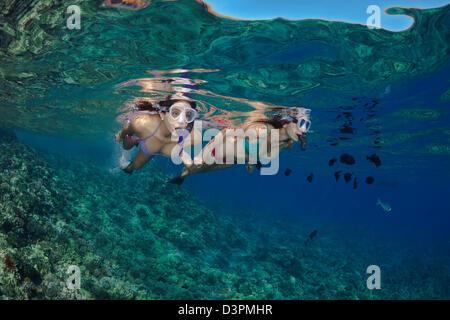 Zwei junge Mädchen (MR) frei Tauchen vor Molokini Marine Reserve, Maui, Hawaii. - Stockfoto