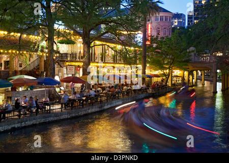 Bunte Sonnenschirme, Boot helle Streifen am San Antonio River und Riverwalk, San Antonio, Texas USA - Stockfoto