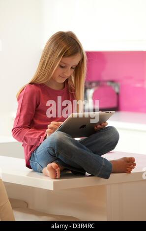 Junge Mädchen spielen auf einem Apple iPad Tablet-computer - Stockfoto