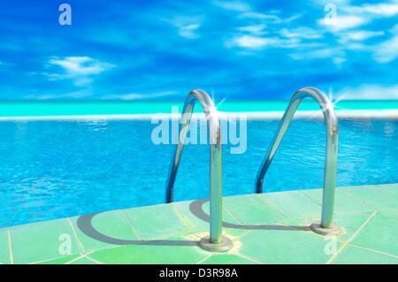 Leiter-Schwimmbad mit blauem Himmel - Stockfoto