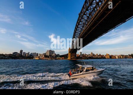Ansicht unter der Sydney Harbour Bridge - Stockfoto