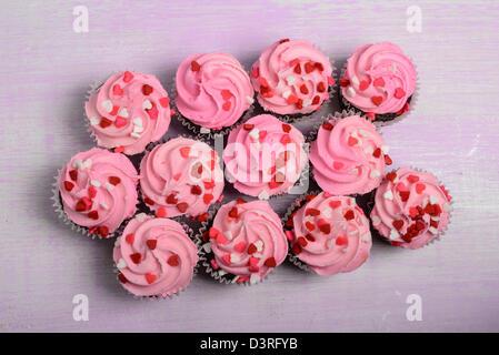 Rosa Cupcakes auf Holz Hintergrund - Stockfoto