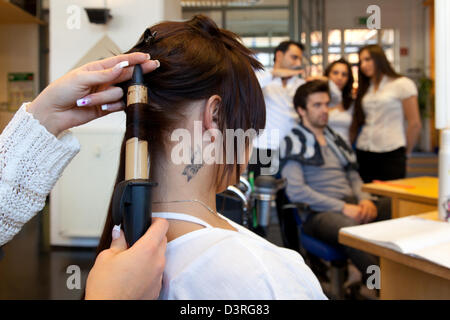 berlin, deutschland, friseur ausbildung stockfoto, bild: 283146976