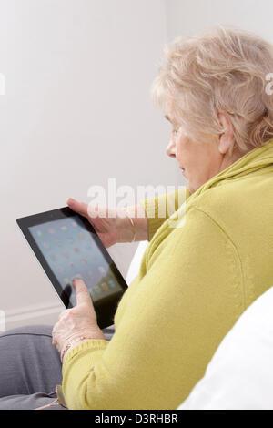 Reife Dame mit einem digitalen Tablet. - Stockfoto