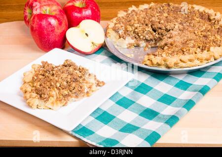 Ein Krümel Top Apfelkuchen mit mit Äpfeln - Stockfoto
