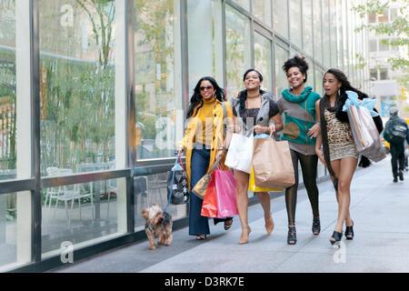 Hispanic und Latina Freunde einkaufen und dabei Einzelhandel Schönheitsfarm NewYork Stil - Stockfoto