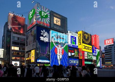 """Werbeschilder von sogenannten """"Neon Wand"""" in der Dotonbori Unterhaltung Bezirk von Namba, Osaka hinzufügen, die - Stockfoto"""