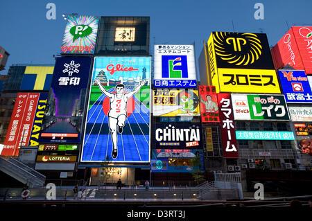 """Werbeschilder von sogenannten """"Neon Wand' im Dotonbori Unterhaltung Bezirk von Namba, Osaka lebhaftes Nachtleben - Stockfoto"""