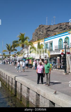 Älteres Ehepaar stehen am Hafen in Puerto de Mogan, Gran Canaria - Stockfoto