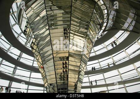 am Reichstag in Berlin Deutschland Blick auf die gläserne Kuppel oben diskutieren Kammer Architekt Norman Foster - Stockfoto