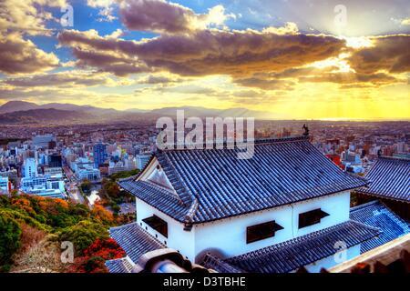 Matsuyama Schloss und Matsuyama Stadtbild am Nachmittag. - Stockfoto