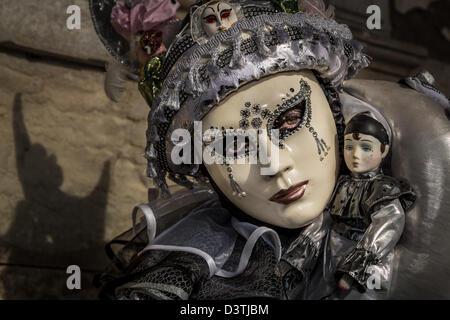 Eine Frau, die sich für den Karneval in Venedig, Venetien, Italien gekleidet - Stockfoto